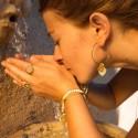 Boucles d'oreilles Mycènes Eclat - Créoles Dorées & médaille éclat noir 1,8 cm