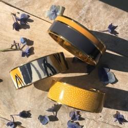 Bracelet jonc manchette Bangle laiton doré d'émail safran & blanc