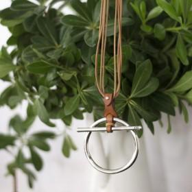 Collier Long TROT métal - Liens cuir camel & Pendentif anneau barrette signé CXC