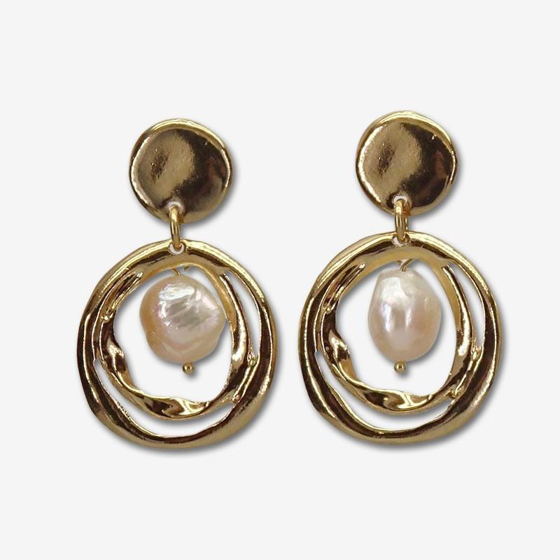 Boucles d'oreilles pendantes SPLIT doré - Anneaux torsadés & Perle blanche de rivière de chez CHORANGE