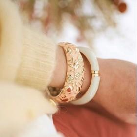 Le bracelet large Frutti et le uni écru - ARGELOUSE